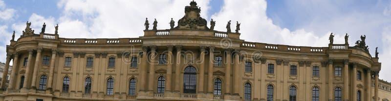 Det Humboldt universitetet på den Unter hålalinden i Berlin Germany arkivfoton