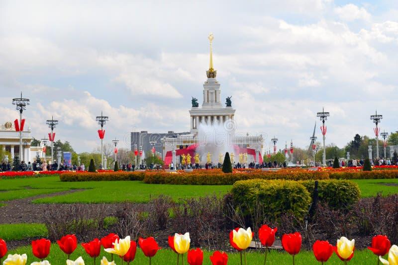 Det huvudsakliga paviljong- och springbrunnkamratskapet av folket på Moskva, Ryssland VDNH royaltyfri foto
