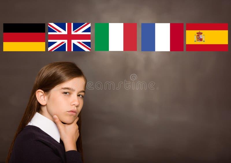 det huvudsakliga språket sjunker över flickan, svart tavlabakgrund royaltyfri fotografi
