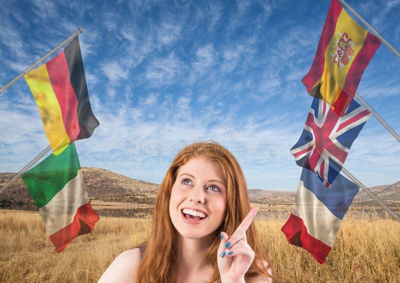det huvudsakliga språket sjunker runt om ung kvinna med en idé Fältbakgrund arkivfoton
