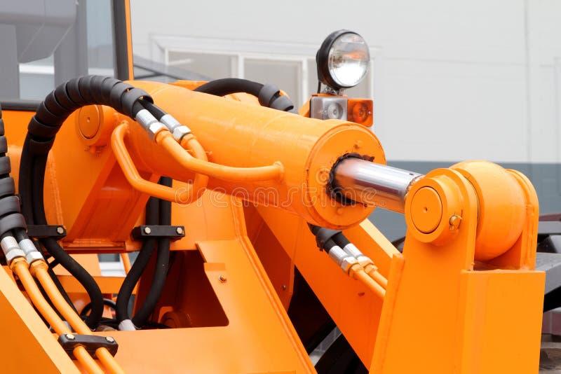 Det hydrauliska drevet för pistong en modern traktor arkivbild