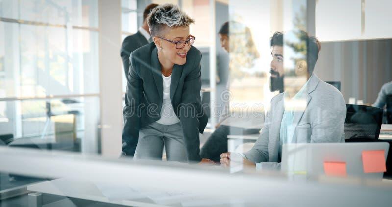 Det idérika affärsfolket som arbetar på affär, projekterar i regeringsställning arkivfoto