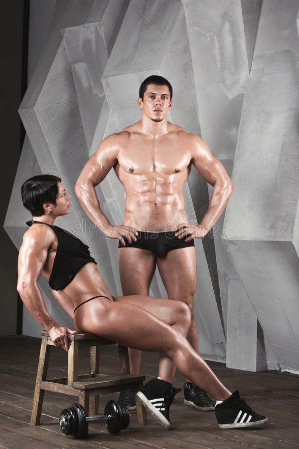 Det idrotts- paret poserar royaltyfria foton