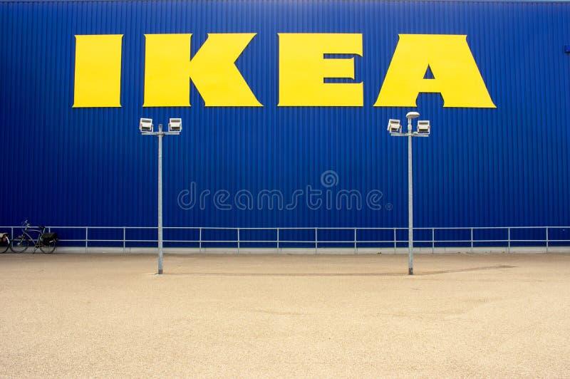 Det IKEA lagret, i den f?rgrunden parkerar royaltyfri bild