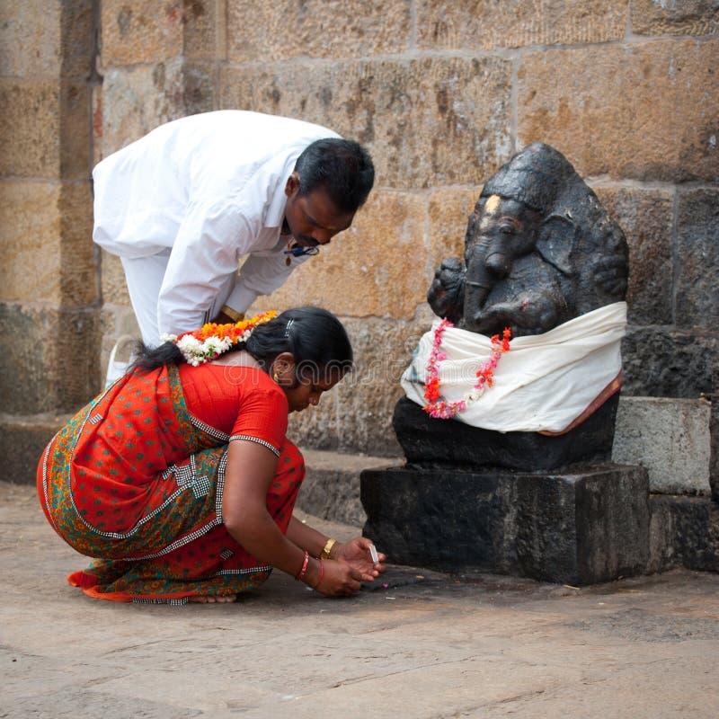 Det indiska folket kommer med offerings till Ganesha på den Gangaikonda Cholapuram templet Indien Tamil Nadu, Thanjavur (Trichy) royaltyfri bild
