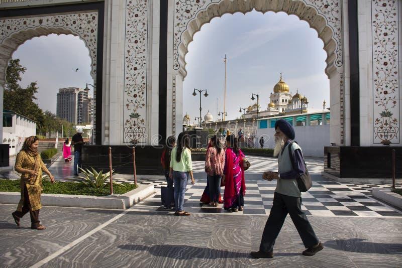 Det indiska folket och utländska handelsresande reser på Sri Bangla Sahib Gurudwara eller sikh- gurdwaratempeldyrkan i New Delhi, royaltyfria foton