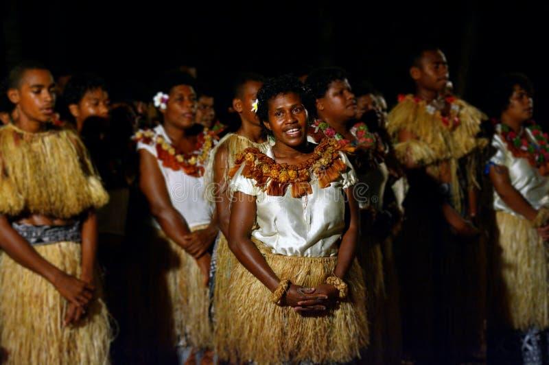 Det infödda Fijianfolket sjunger och dansar i Fiji arkivfoto