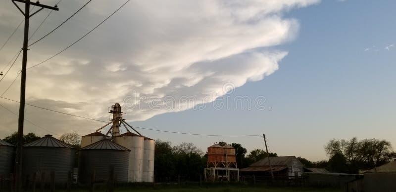 Det inpending hotet uppstår för att förbereda räkningen för tagandet för silon för kornhissen arkivfoto