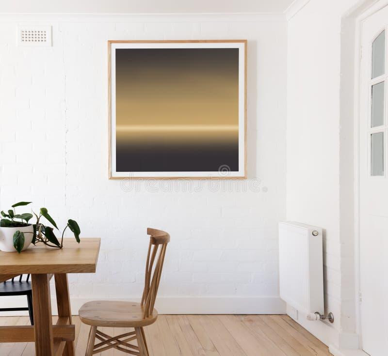 Det inramade trycket på den vita väggen i dansk utformade inre matsal royaltyfria bilder