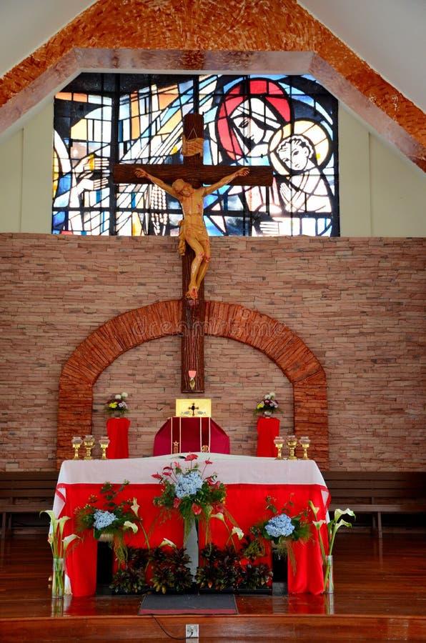 Det inre altare- och korskorset av det katolska kapellet av vår dam Of Mount Carmel kyrktar Cameron Highlands Malaysia royaltyfri fotografi