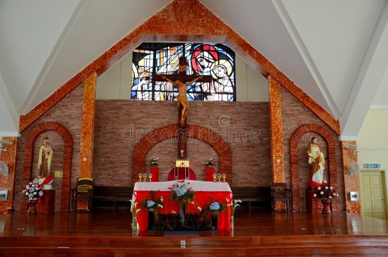 Det inre altare- och korskorset av det katolska kapellet av vår dam Of Mount Carmel kyrktar Cameron Highlands Malaysia royaltyfria bilder
