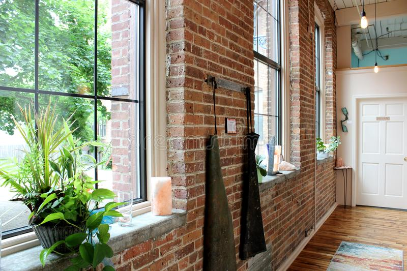 Det inre skottet av gammal historisk tegelstenbyggnad med stora luftiga fönster, Adirondack saltar grottor, Glens Falls, New York arkivfoto