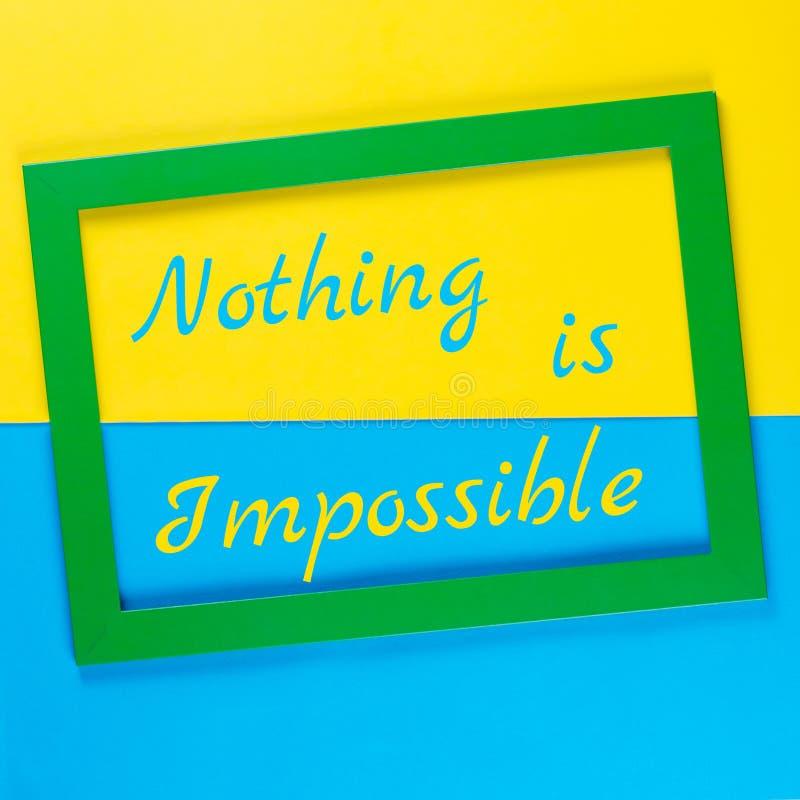 Det inspirerande citationstecknet ingenting är omöjligt i grön ram på färgrik bakgrund arkivbild