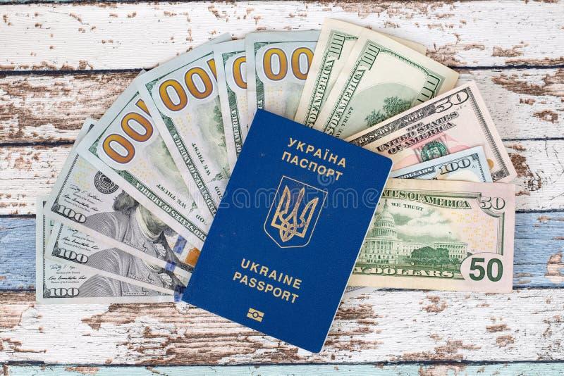 Det internationella biometric ukrainska passet med oss dollar överträffar v royaltyfri bild