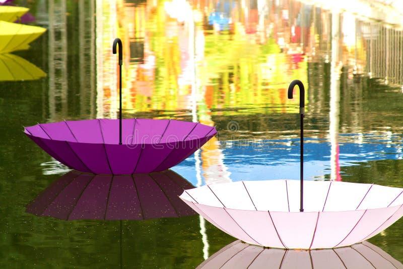 Det inverterade paraplyet svävar på vattnet royaltyfri foto