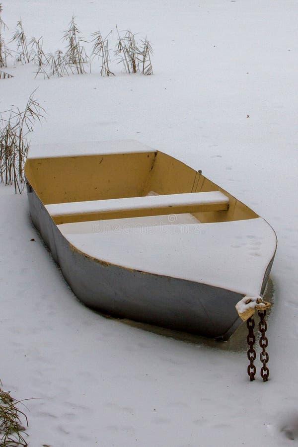 Det isbundna fartyget royaltyfri bild