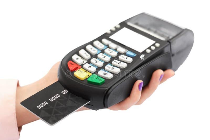 Det isolerade skottet av handen för kvinna` s rymmer betalningterminalen, och plast-kortet för att betala in shoppar utan kassa,  royaltyfria bilder