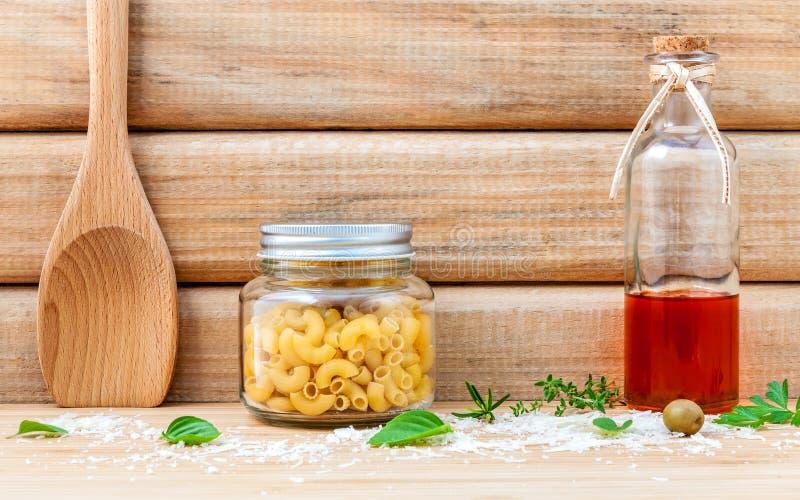 Det italienska matbegreppet torkade pasta med olivolja och kryddar örter royaltyfria foton