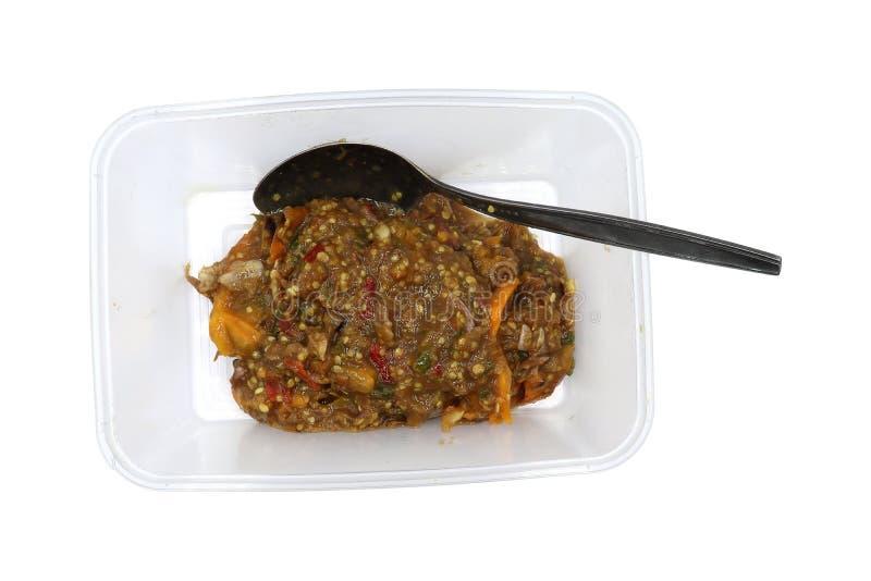Det jäste kryddiga doppet för fisken i Tupperware isolerade på vit bakgrund arkivbild