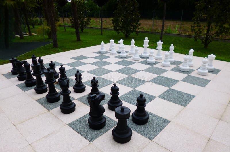 Det jätte- schackbrädet i ett härligt parkerar i Italien royaltyfri fotografi