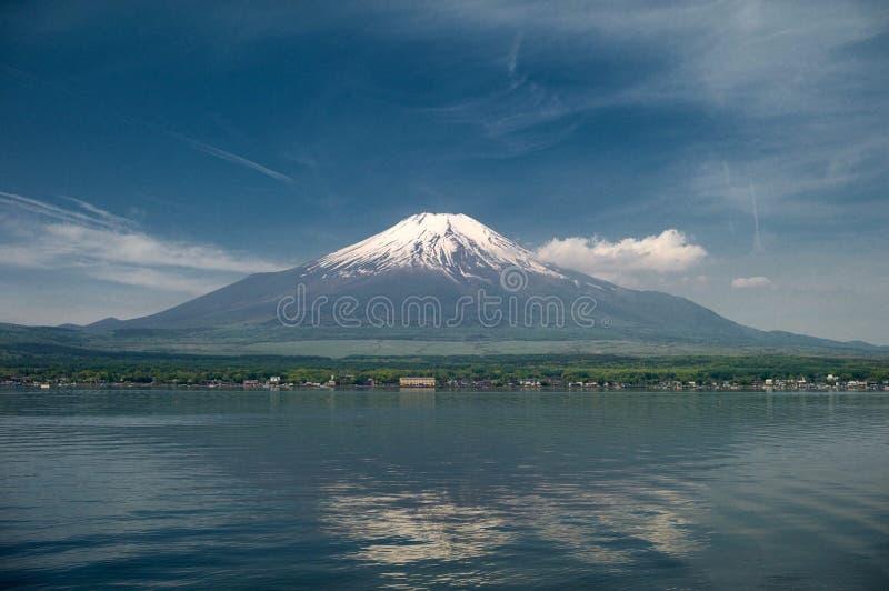 Det Japan loppet, mt-diamanten fuji och snö på Kawaguchiko sjön i Japan, mt Fuji är ett av det berömda stället i Japan, japan kal royaltyfri fotografi