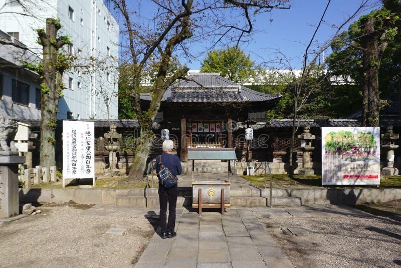 Det japanska lokala folket ber respekt till relikskrin på templet arkivfoton