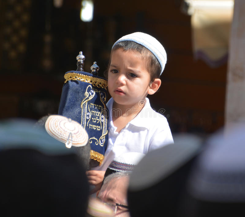 Det judiska barnet firar Simchat Torah royaltyfri fotografi