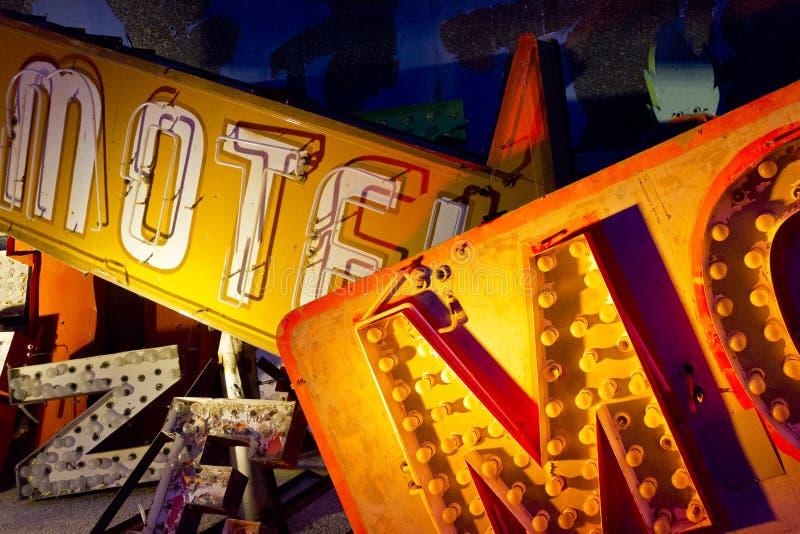 Det kasserat Las Vegas motelltecknet och neon märker I arkivbilder