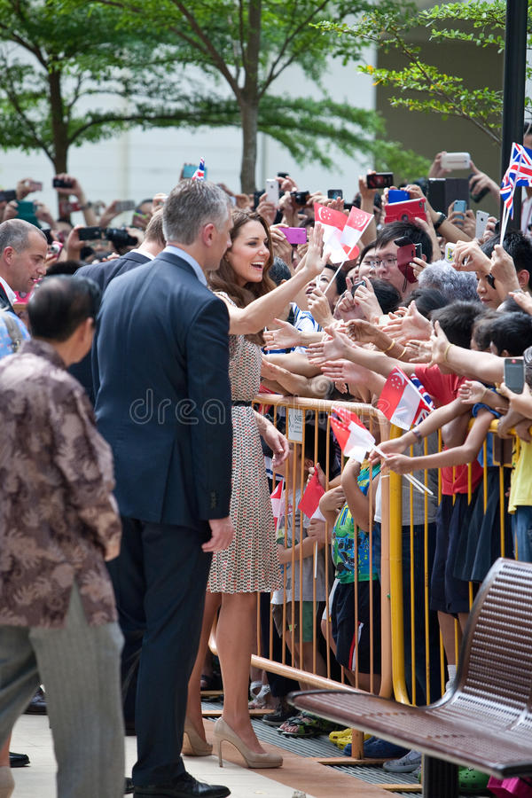 Det Kate Middleton och för prinsen William mötet väller fram wishers, Singapore Sept 12 2012 royaltyfri fotografi
