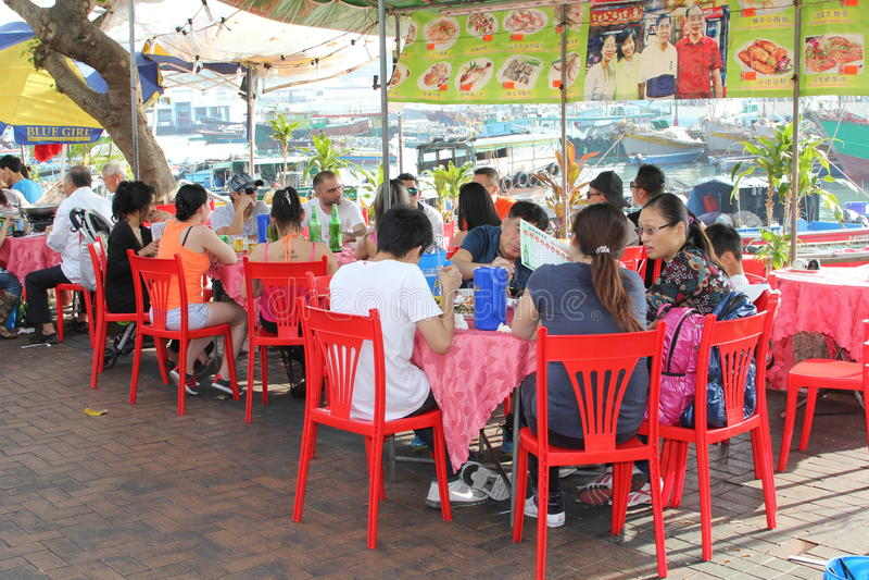 Det kinesiska folket tycker om den nya fisken på Cheung Chau Island i Hong Kong royaltyfri fotografi