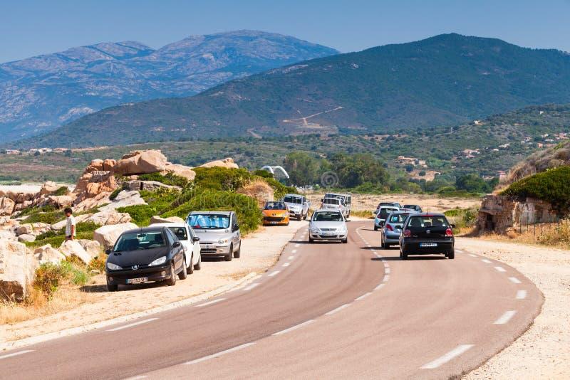 Det korsikanska lantliga landskapet, bilar går på vägen arkivbild