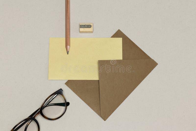 Det kraft kuvertet, träblyertspennan & vässaren, anblickar på den vita texturen fotografering för bildbyråer