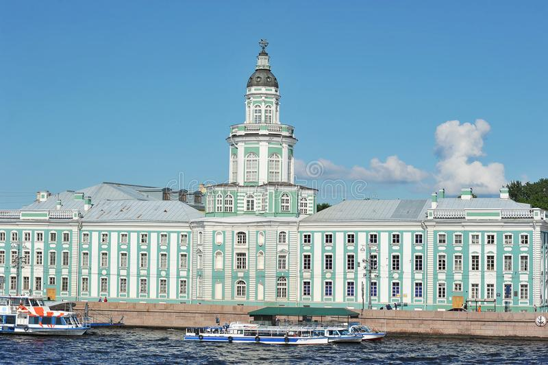 Det Kunstkamera museet i St Petersburg på universitetemben arkivbilder