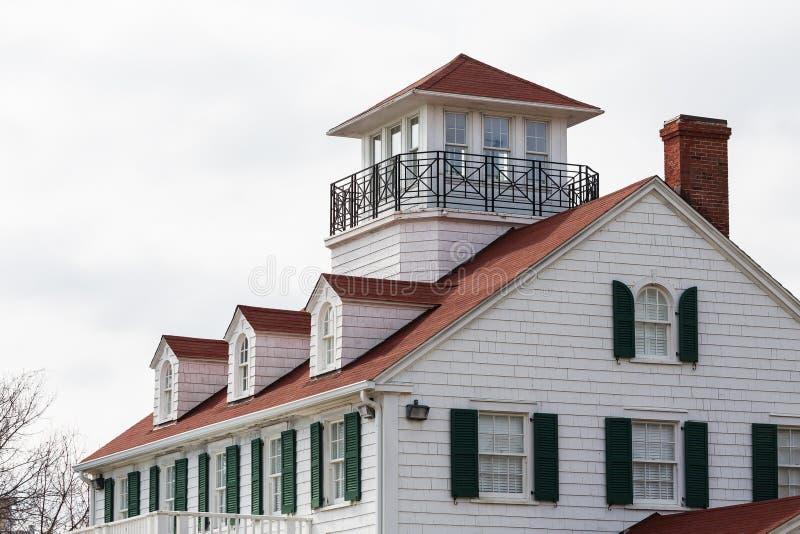 Det kust- huset med vindskupefönster och änkor går fotografering för bildbyråer