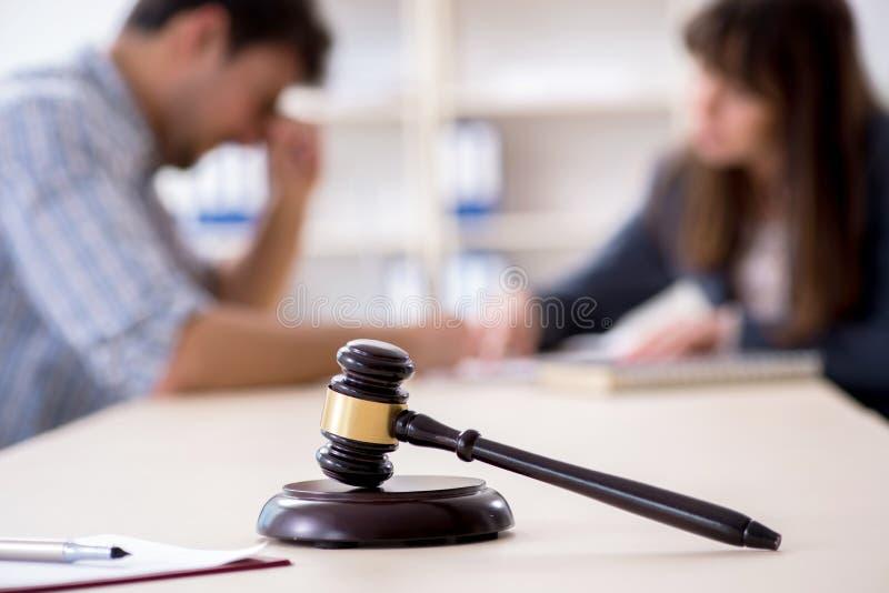 Det kvinnliga advokatmötet med hans manliga klient i kontoret arkivfoton