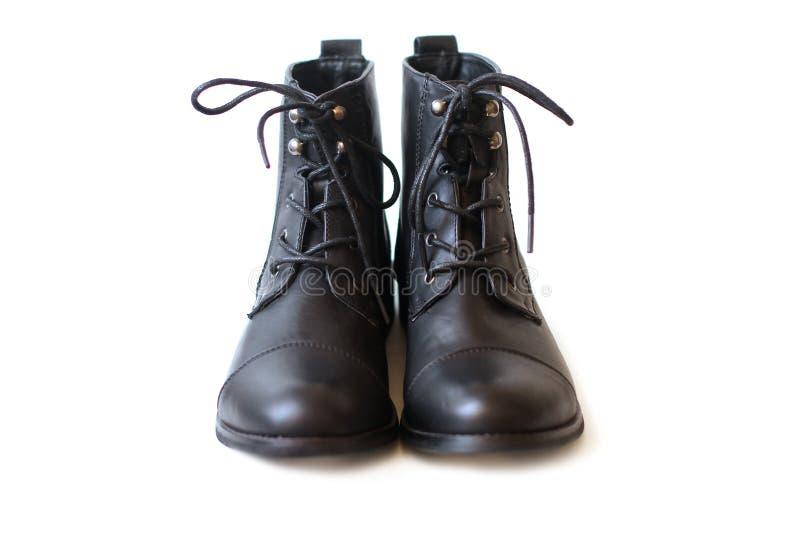Det kvinnliga paret av svart startar med den skosnöre bundna closeupen royaltyfria bilder