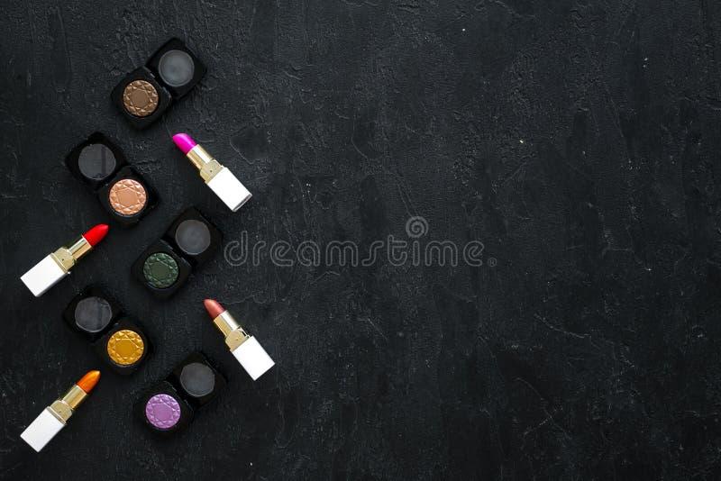 Det kvinnliga skrivbordet med dekorativa skönhetsmedel för utgör den mörka modellen för den bästa sikten för bakgrund arkivfoton