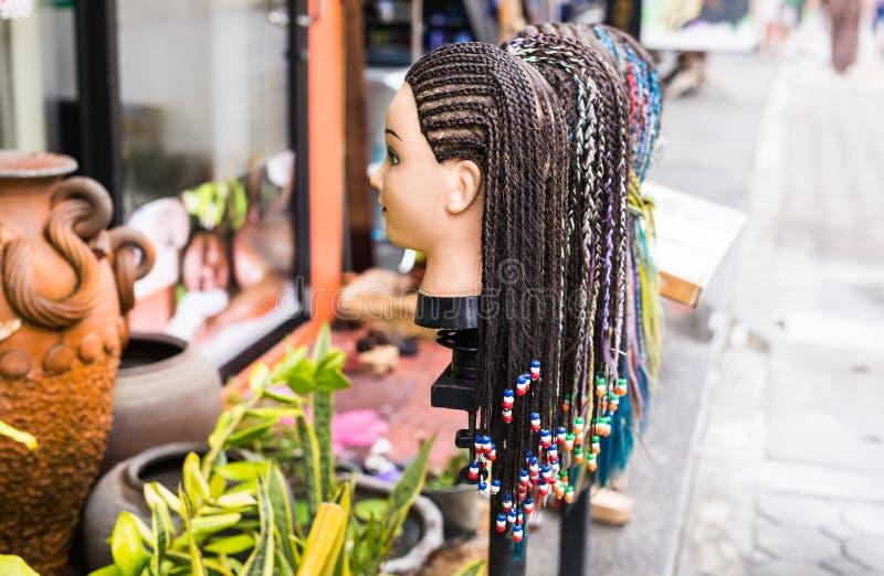 Det kvinnliga skyltdockahuvudet med flätade den dekorerade råttsvansfrisyren pryder med pärlor arkivbilder