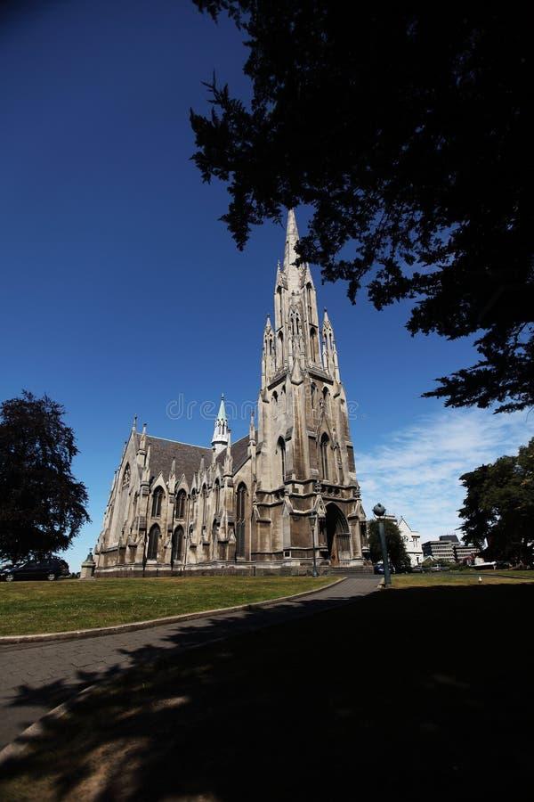 Det kyrkliga stativ under blåttskyen och bredvid den sh treen royaltyfria foton