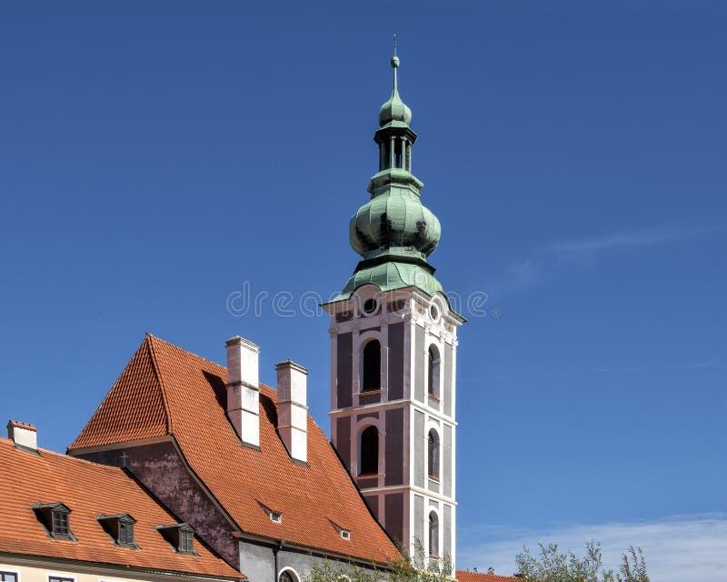 Det kyrkliga tornet av Sten Vitus Church i Cesky Krumlov, Tjeckien royaltyfri fotografi