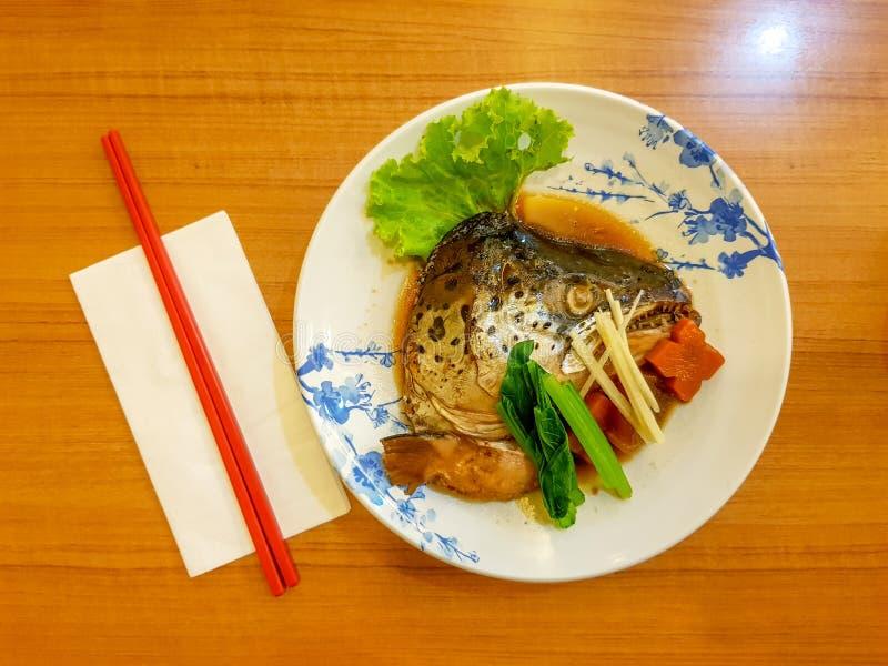 Det läckra laxhuvudet kokade i soya som tjänades som på maträtt för japansk stil arkivfoton