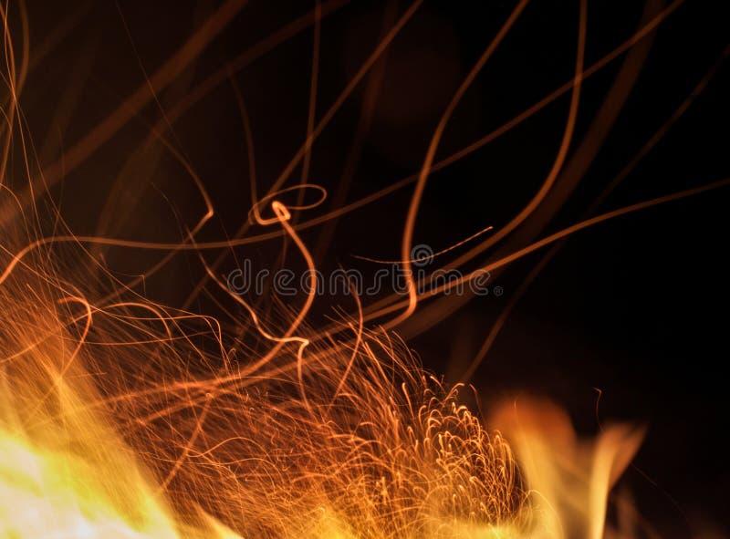 Det långa exponeringsfotoet av brand mousserar royaltyfria foton