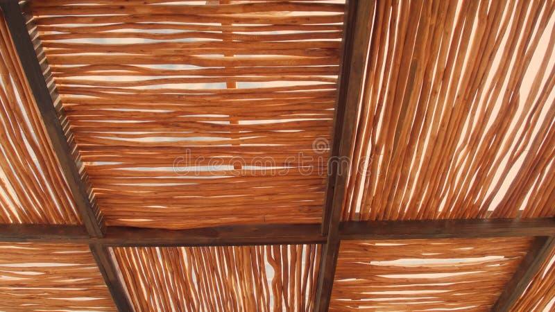 Det lantliga hustaket som göras av cogongräs, halmtäcker bakgrund för det takbakgrunds-, basketwork-, sugrörmodelltaket och textu royaltyfria bilder