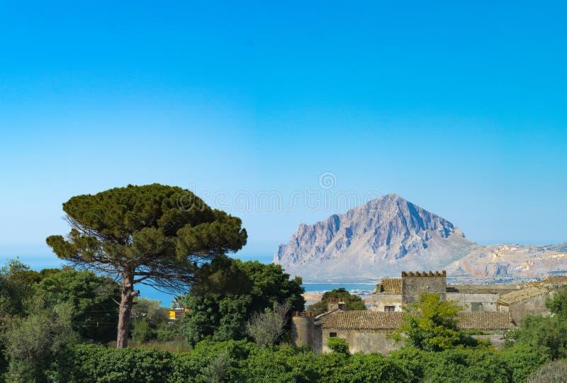Det lantliga mediterrenian landskapet med den gamla villan, sörjer trädet, blå se arkivbild