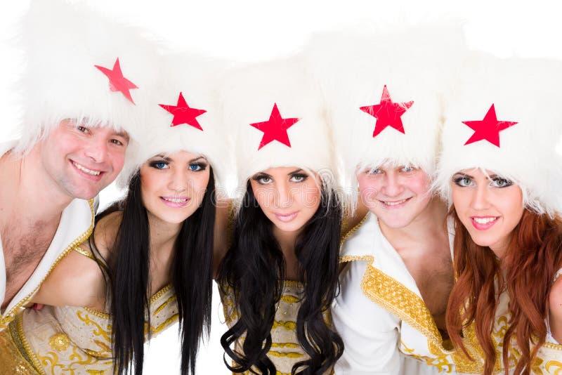 Det le dansarelaget som ha på sig en cossack, kostymerar royaltyfri bild
