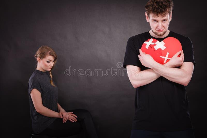 Det ledsna paret rymmer bruten hjärta royaltyfria foton