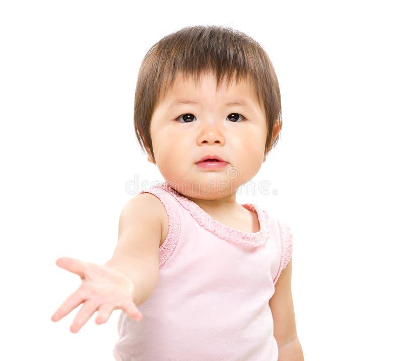 Det lilla barnet ger handen arkivfoton