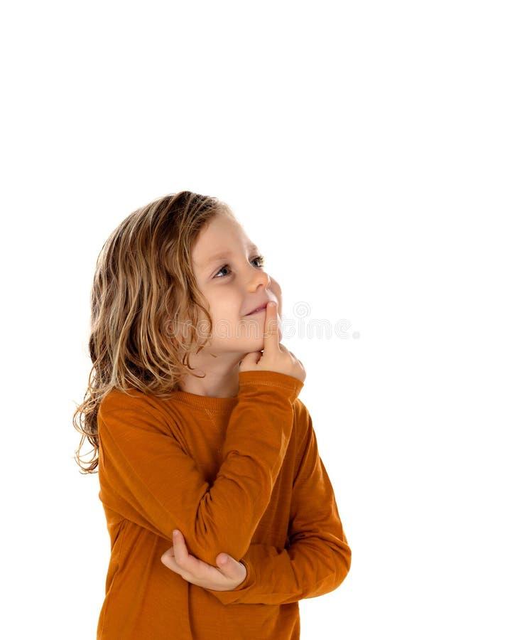 Det lilla blonda barnet som föreställer något, isolerade på en vit backgr fotografering för bildbyråer