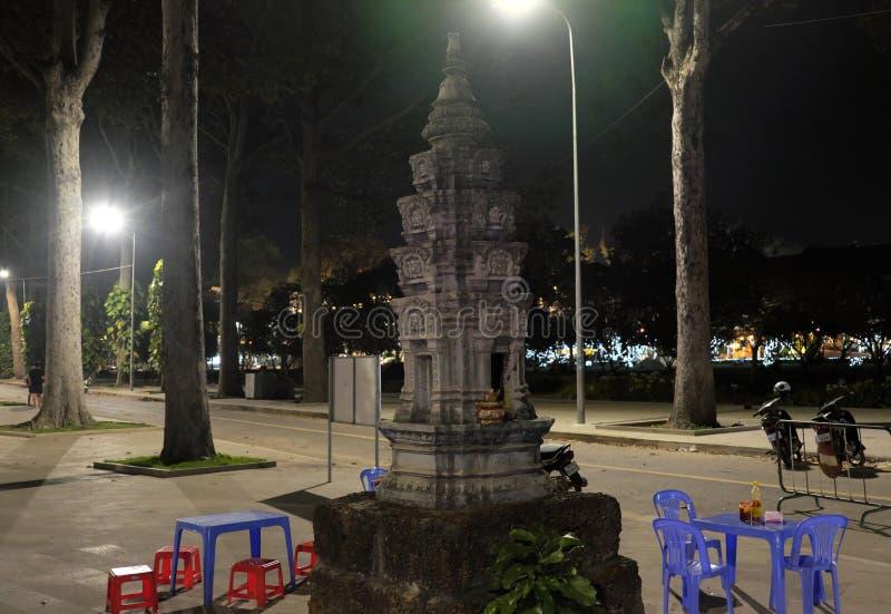 Det lilla buddistiska altaret i parkerar En tabell och flera plast- stolar Lyktaljus fotografering för bildbyråer