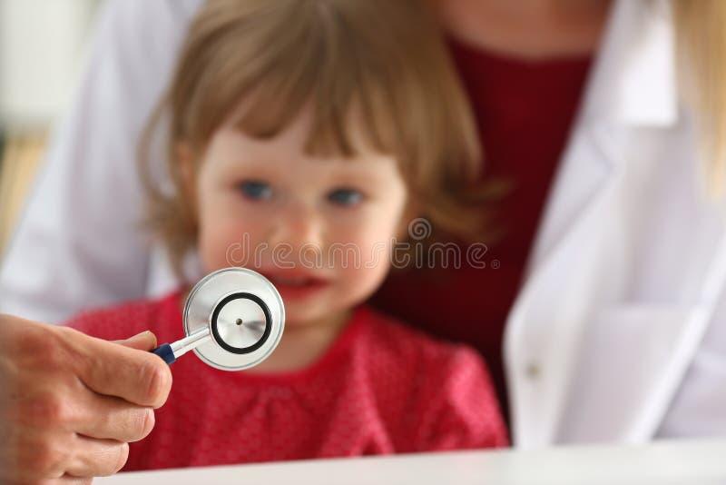 Det lilla förskräckta barnet på doktorsmottagandet gör insulinskottet arkivbild